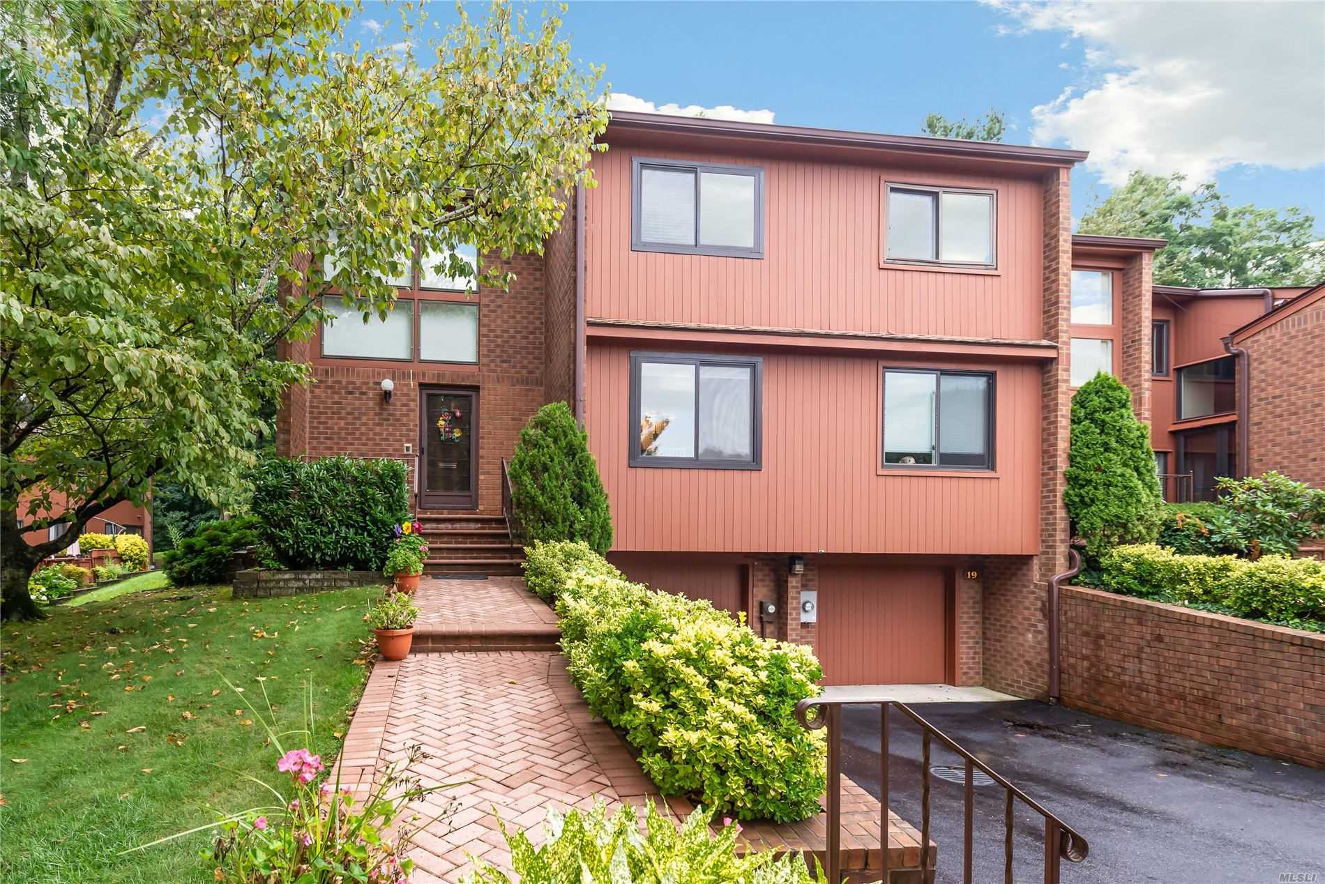Property for sale at 21 Cricket Club Drive # 21, Roslyn NY 11576, Roslyn,  New York 11576