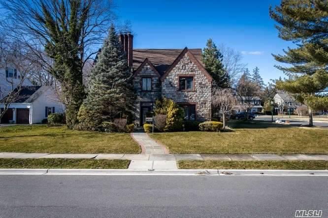 Property for sale at 36 W Oakdale Road, Rockville Centre NY 11570, Rockville Centre,  New York 11570