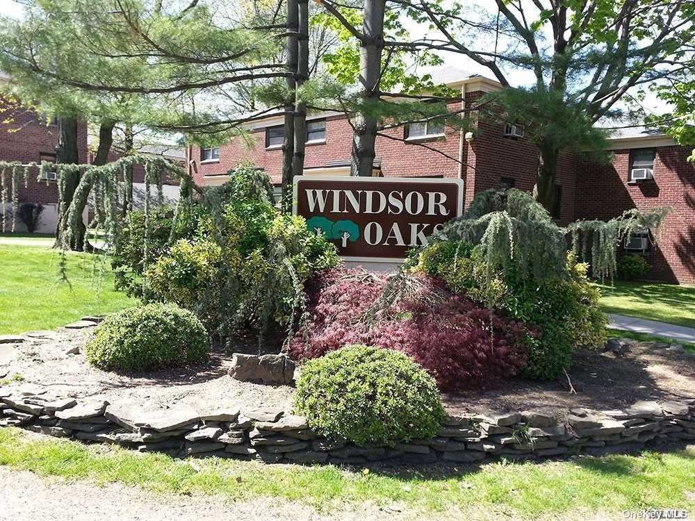 Cozy 2 bedroom In Windsor Oaks Development. This Unit Features Living Room W/ Dining Area, Eat-in Kitchen, Bedroom, Bedroom, Full Bath. Private Entrance, 24 Hour Security, School District 26, Close to Elementary Schools, Shopping and Public Transportation.
