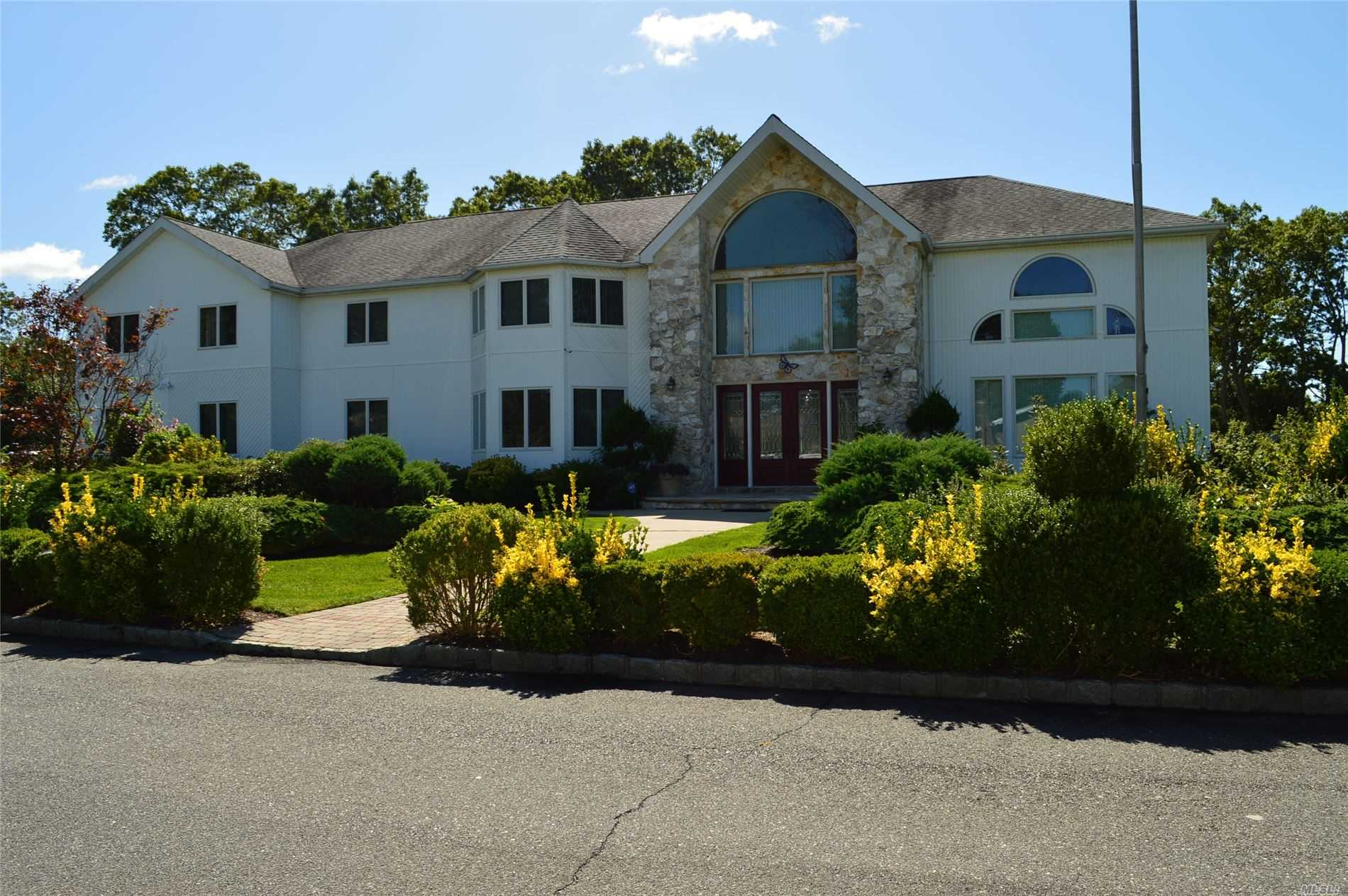 1 Willa Way, Holtsville NY 11742