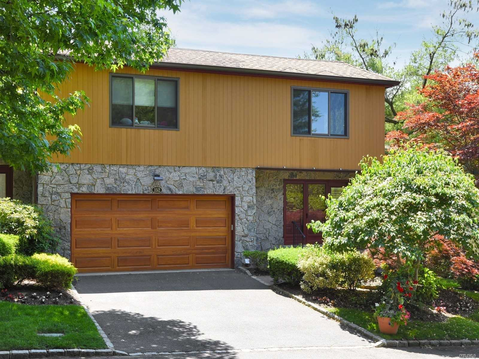Property for sale at 152 The Crescent, Roslyn Heights,  New York 11577