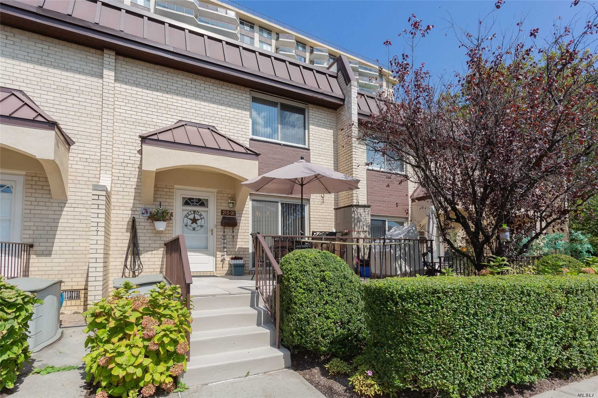 Well maintained 1400 SqFt Duplex Townhouse, 3BR, 2.5Baths, Hardwood floors, Stainless Steel Appliances, Washer&Dryer, 5 zone heating/AC. Near to shopping, LIRR, Express bus, City Bus, School District #26.  Complex has  24hr security, Inground Pool, Gym, Tennis Courts, Cafe/Grocery Store, Hair salon, and Cleaners.  Parking available. Maintenance breakdown: Main $1971.48, Utilities $165, Energy assessment $73.21,  AMV maintenance $100, AMV garage $150