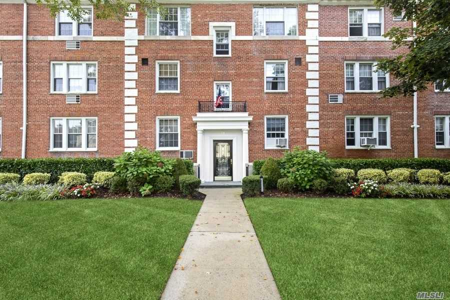 Sunny 2 Bedroom, 2 Bathroom Duplex On Hamilton Place Located in the Central Section. Southern Exposure Terrace Overlooking Lovely Private Lawns. Close Proximity To LIRR, Shopping, Restaurants. Award Winning Garden City School District. Pets Require Board Approval.