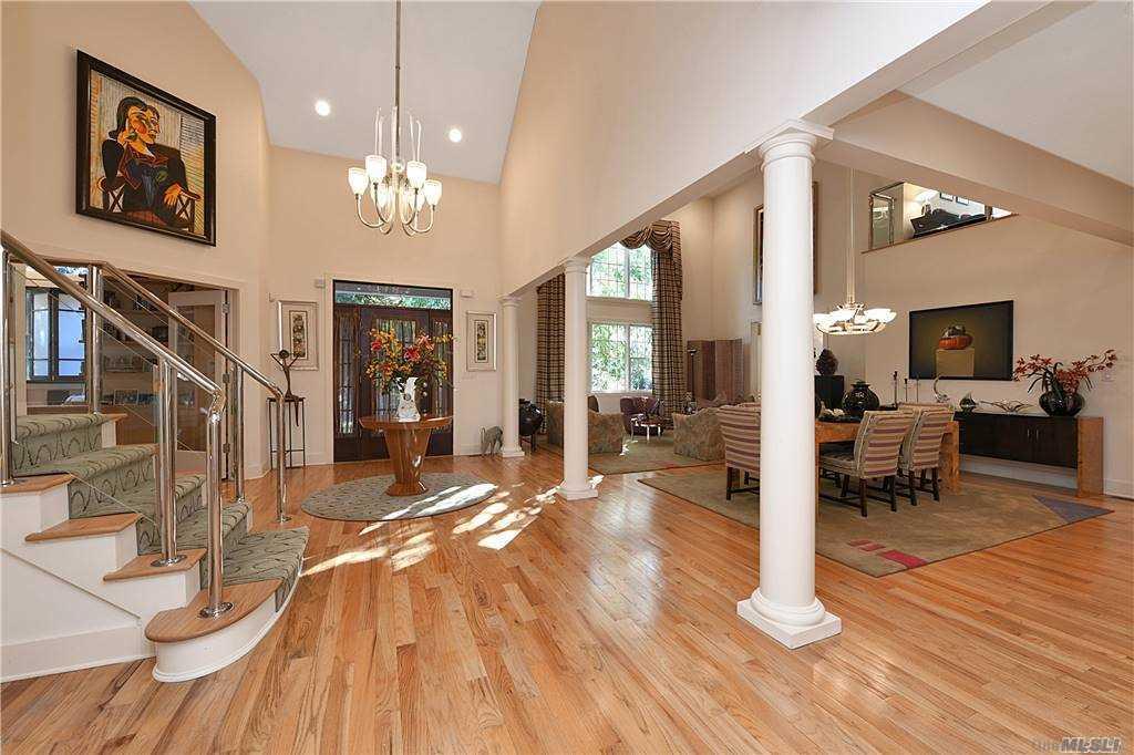 Property for sale at 14 Kensington Circle, Manhasset,  New York 11030