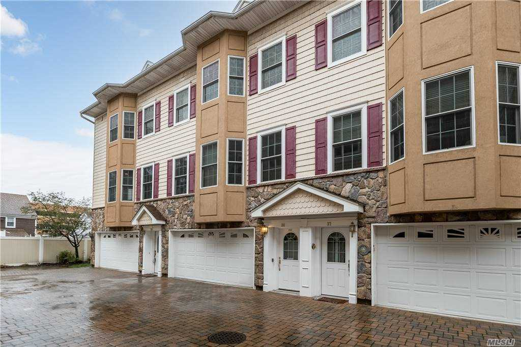 Property for sale at 330 Maple Avenue Unit: 38, Westbury,  New York 11590
