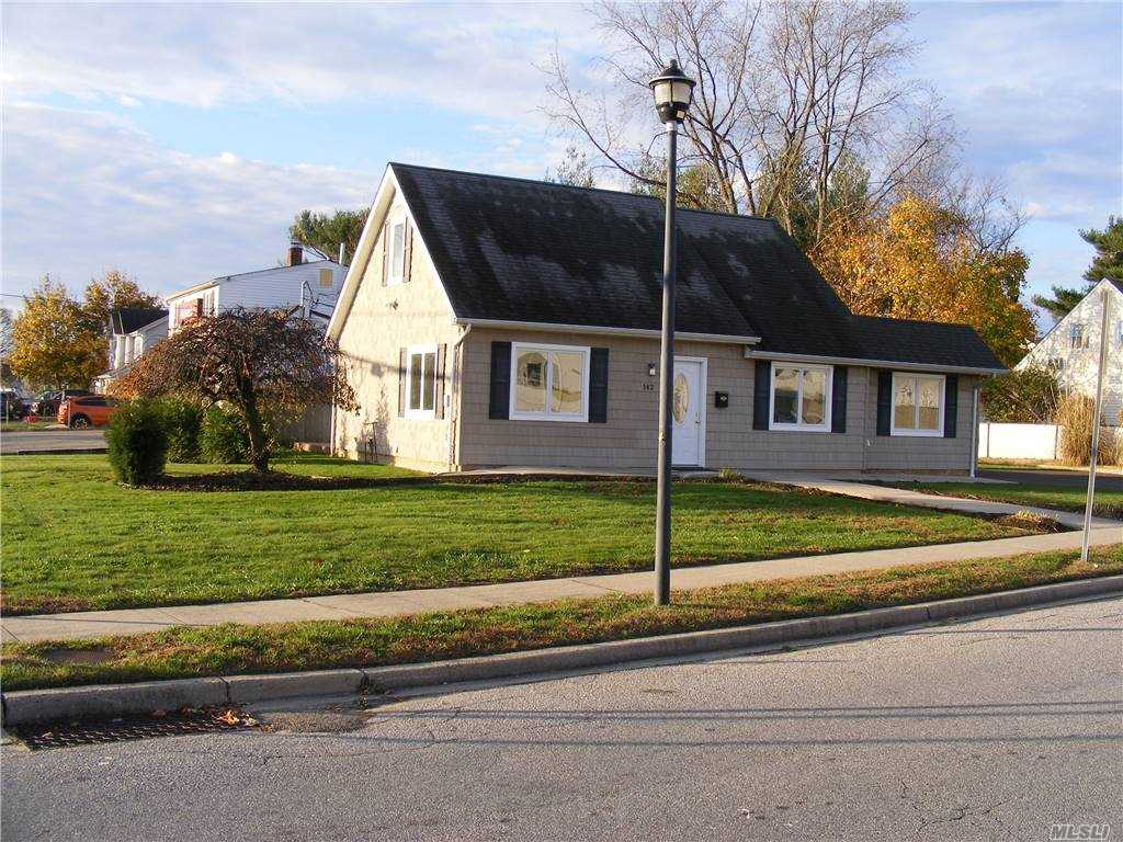 142 Balsam Lane, Levittown, New York 11756, 3 Bedrooms Bedrooms, ,1 BathroomBathrooms,Residential,For Sale,Balsam,3269850