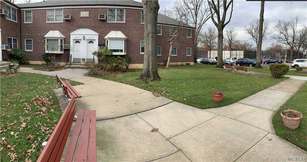 Beautiful lower level one bedroom in Deepdale Gardens community. Close to playground. Minutes to Park. Near shopping, transportation and schools.