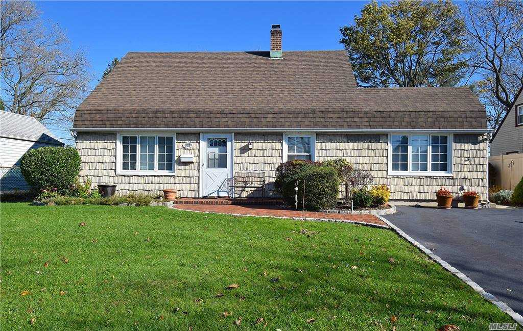 Single Family in Levittown - Gardiners Ave  Nassau, NY 11756