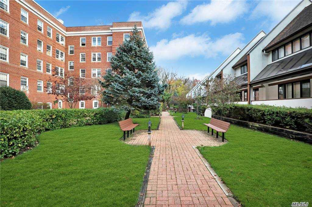 Property for sale at 99 Clent Road Unit: 204, Great Neck,  New York 11021