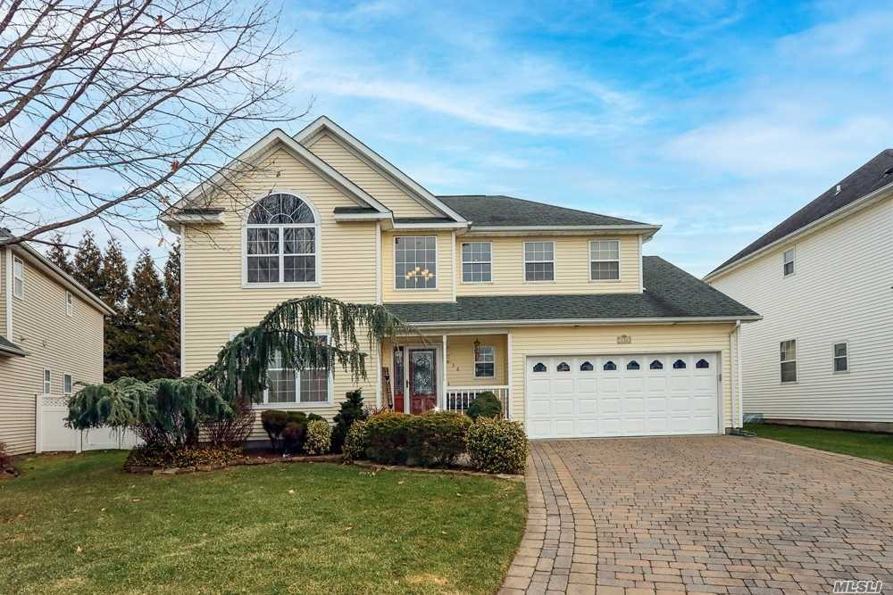 Property for sale at 136 Raspberry Court, Melville,  New York 1