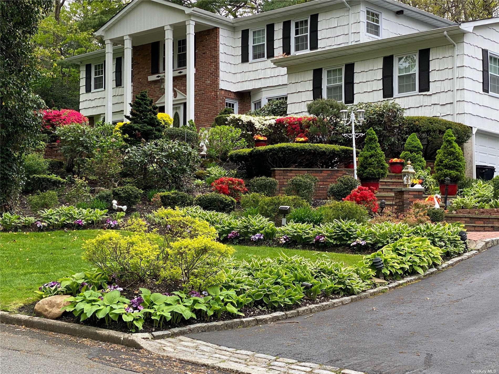 7 Stepping Stone Crescent, Dix Hills NY 11746