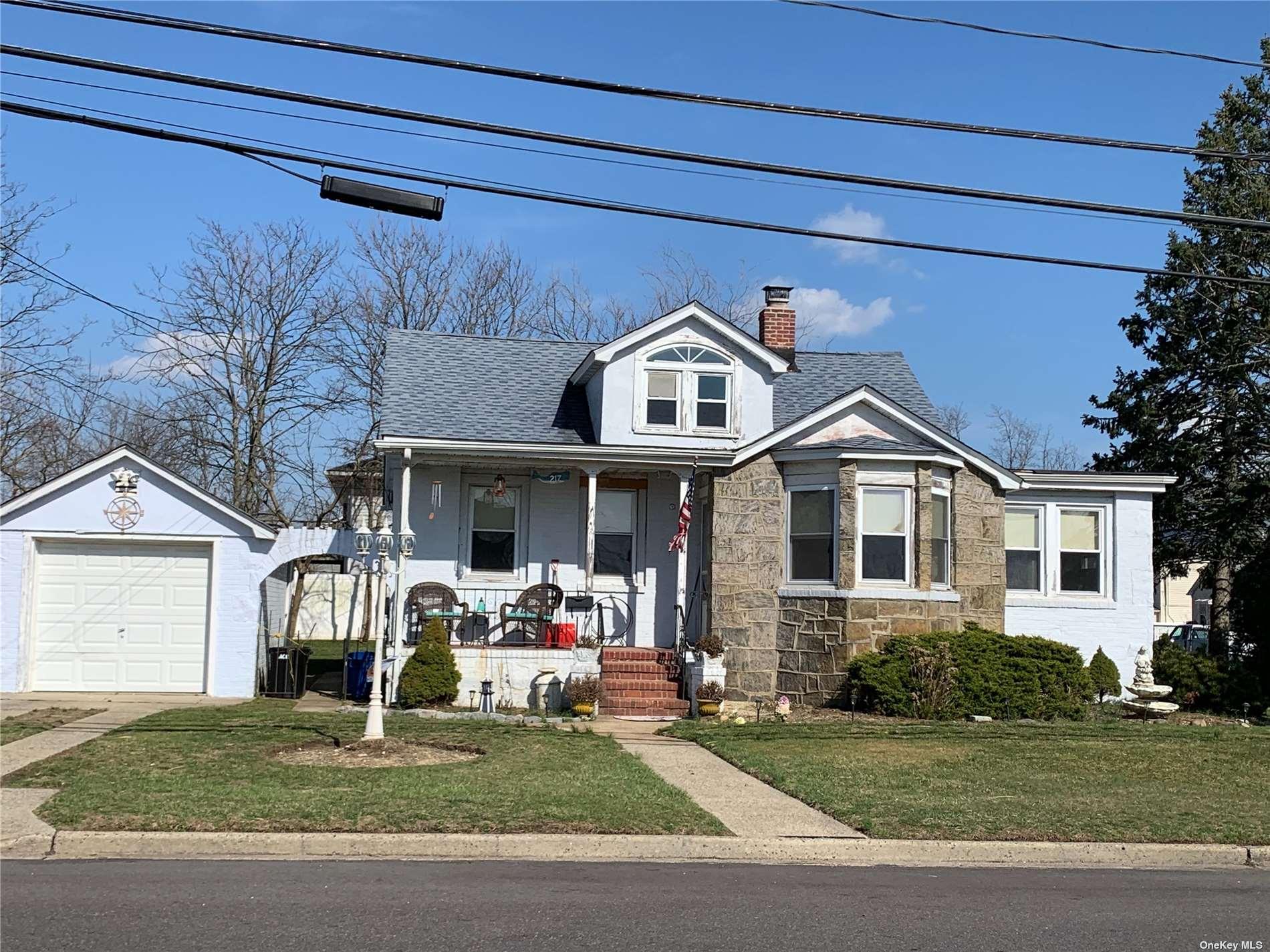 217 E Riviera Drive, Lindenhurst NY 11757