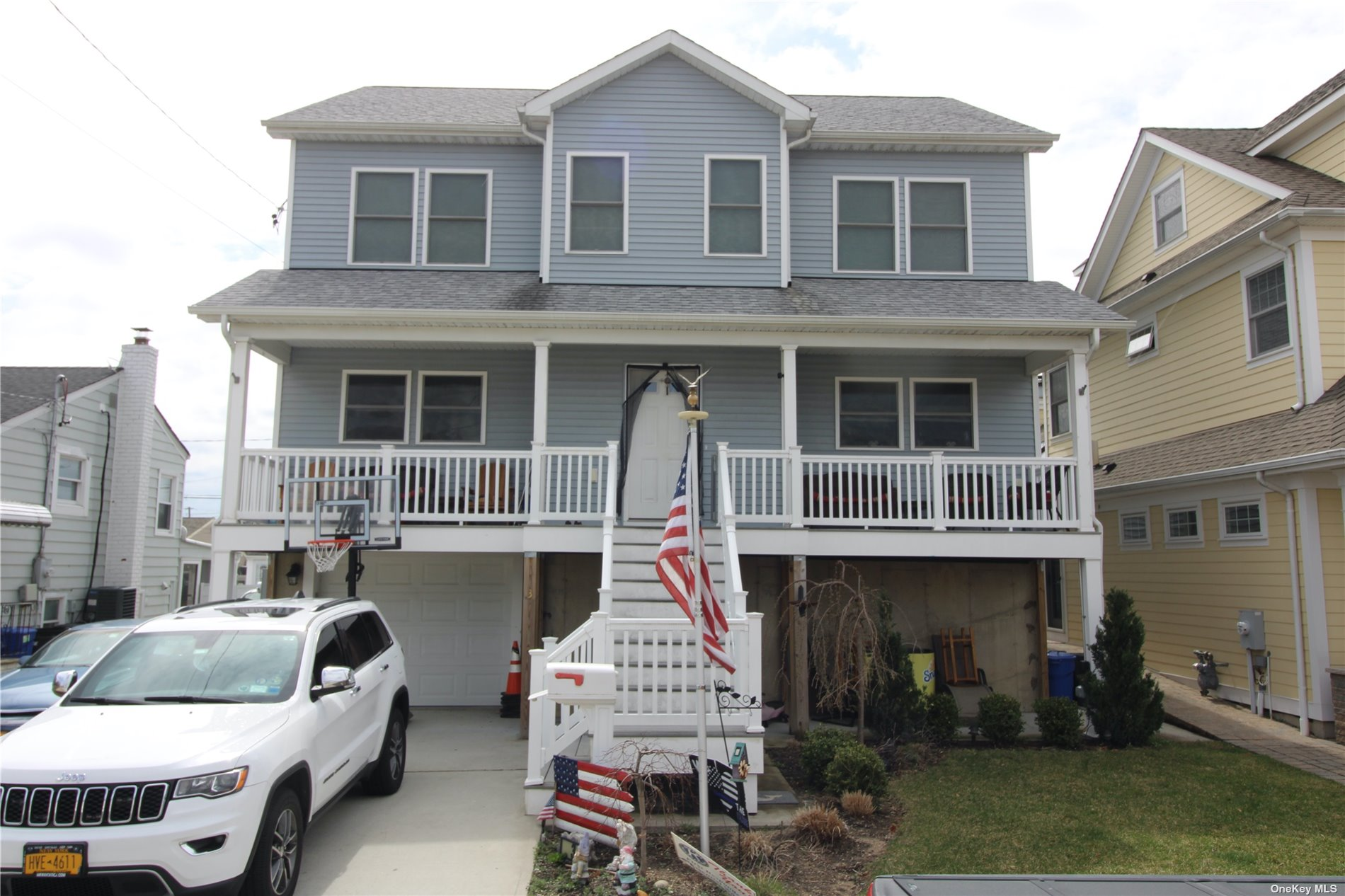 Large 4 Bedroom Colonial on Thixton Canal. This is a Fully FEMA Compliant Home On a Quiet Dead End Block. 2 Zone CAC, Tankless Hot Water Heater, 3 Zone Sprinkler System, InDoor Fire Sprinklers, Large Attic & 2 Balconies.