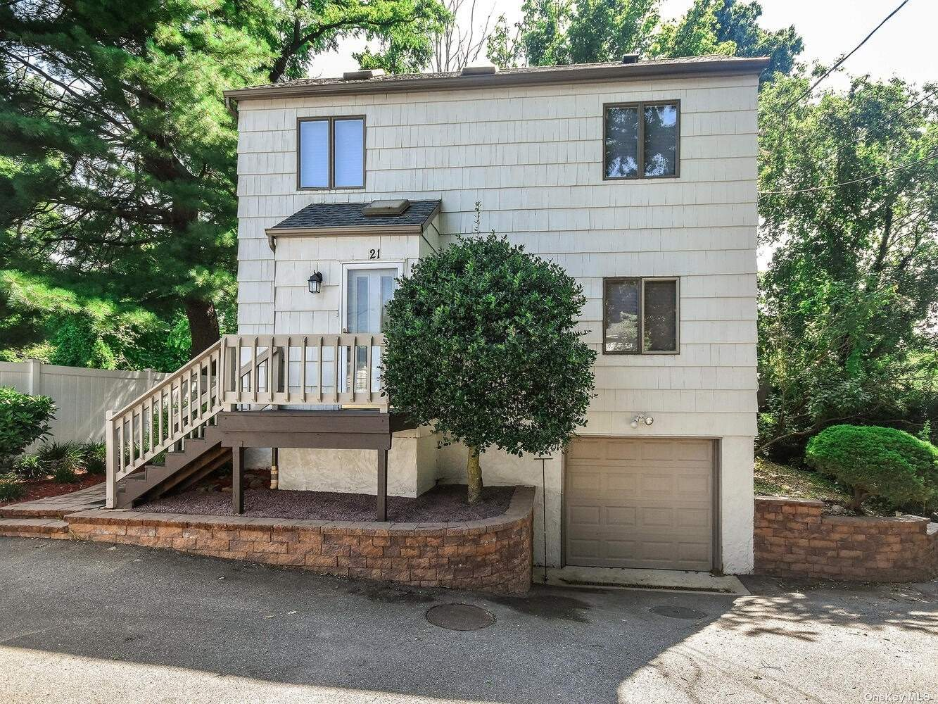 Completely renovated 2 Story house, with 3 bedrooms and 3 full bathrooms. Open floor plan, with Vaulted ceilings and skylights, L-Shaped Living Room-Dinning Room with Fireplace and sliding doors to a huge deck.