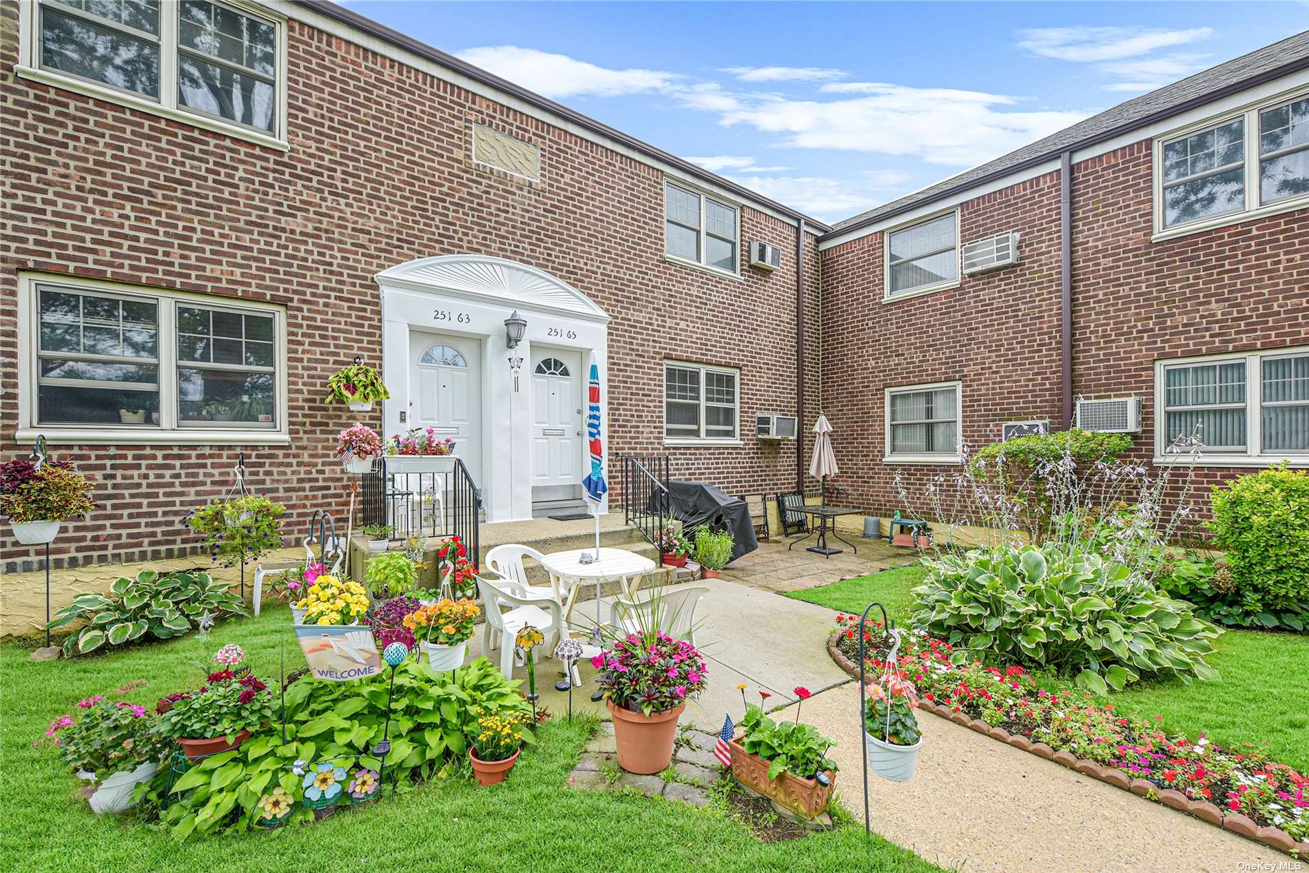 Amazing blank canvass. Four and a half room upper unit in super quiet cul de sac. Tons of natural light. Great parking, access to parks, shops and public transportation.