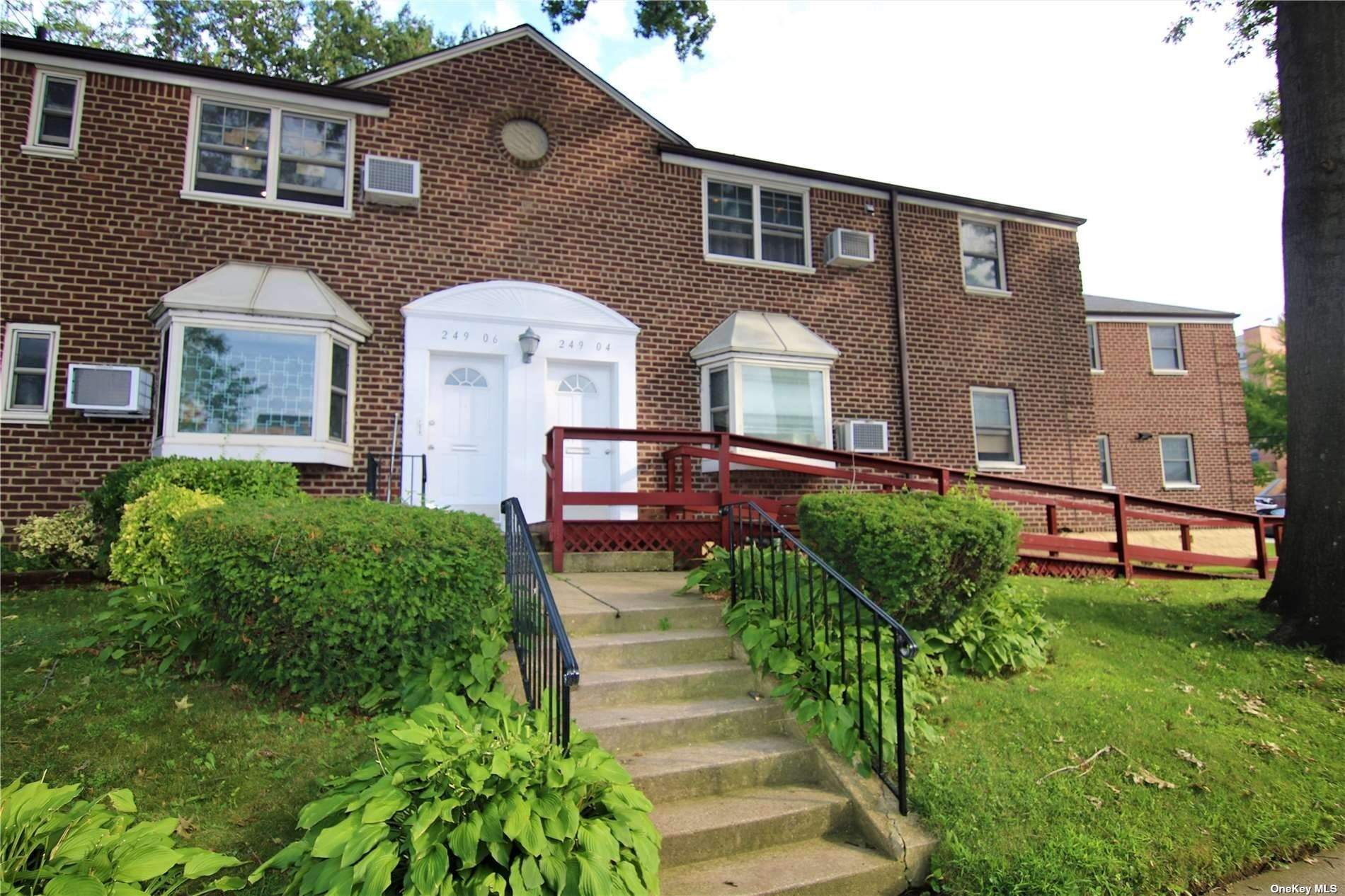 Great location! Deepdale Gardens corner unit with 3 bedrooms and 1 full bath. Fixer upper - chance to design your ideal home. Conveniently located near all shopping, library, schools, and other amenities.