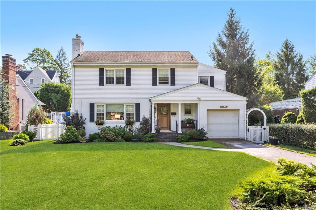 Welcome to 323 Hollywood Ave in Crestwood!
