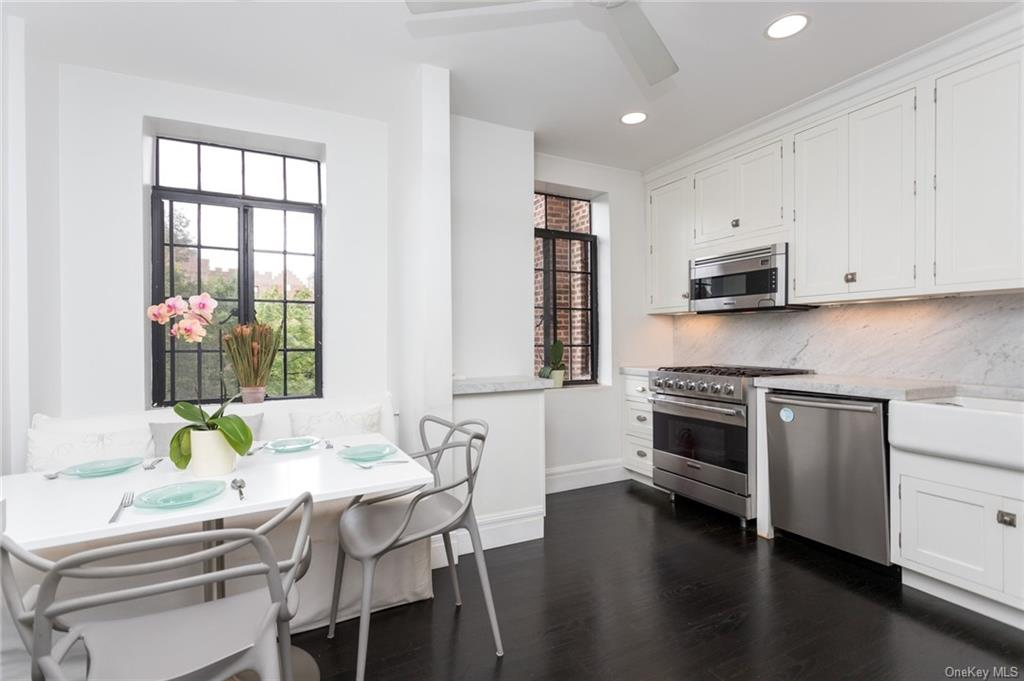 Gorgeous Renovated Eat-In Kitchen