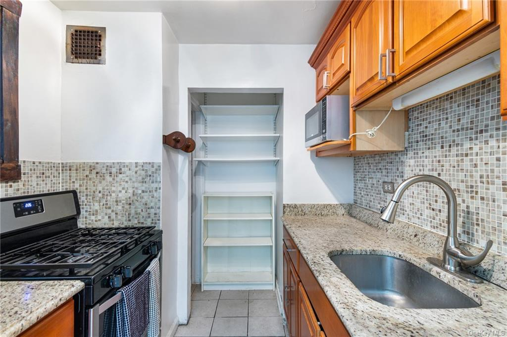 75 238th Street, Bronx, New York 10463, 2 Bedrooms Bedrooms, ,1 BathroomBathrooms,Residential,For Sale,2F,238th,H6075563