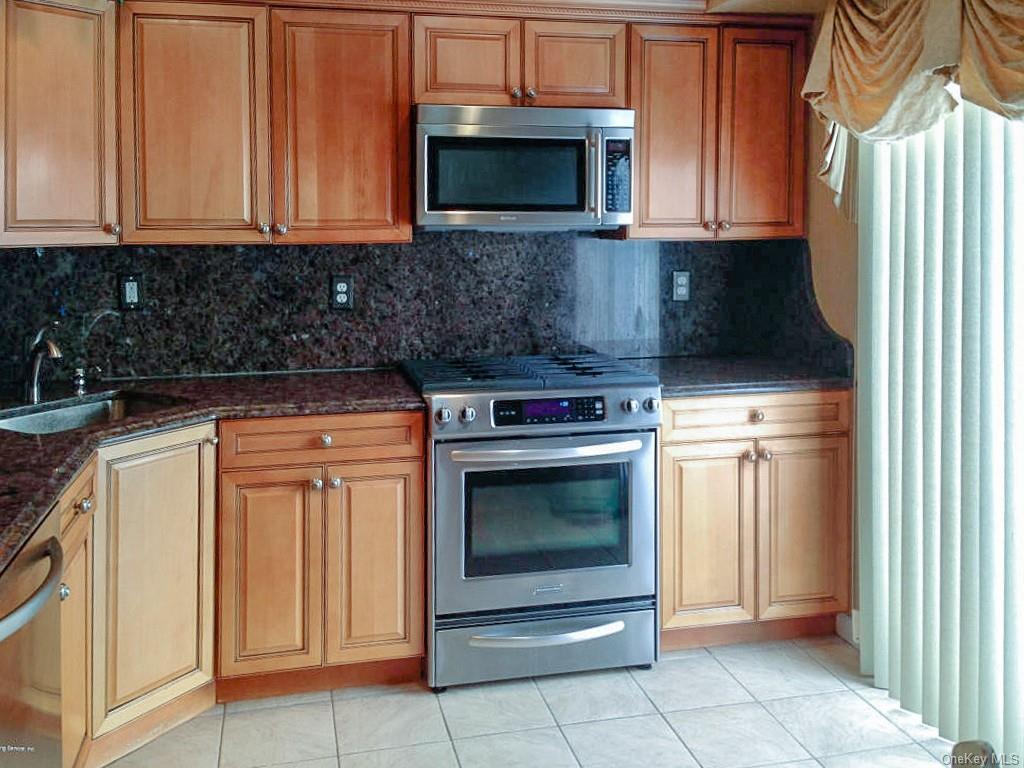 Single Family Junction Court  Staten Island, NY 10306, MLS-H6094483-8