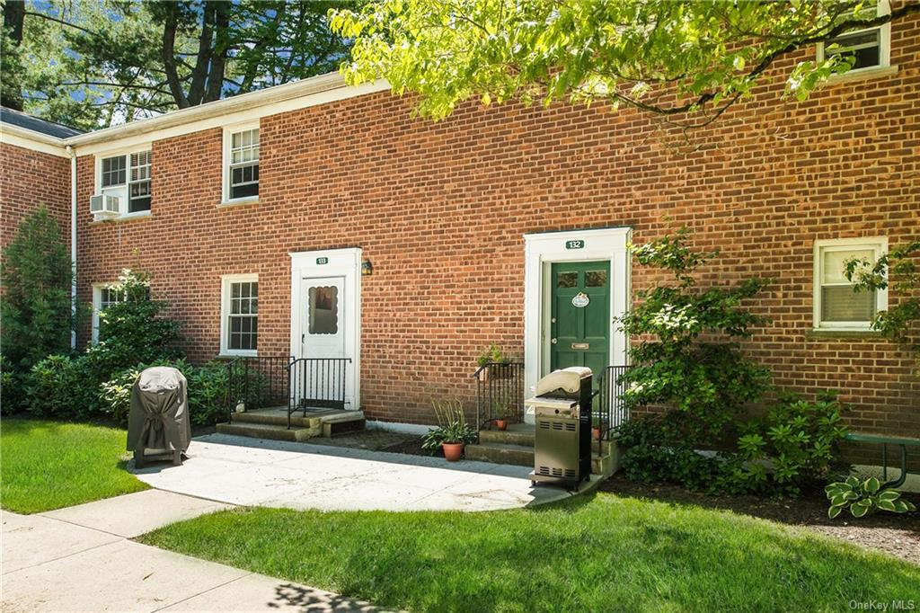 This end-unit with private entrance has a wonderful location in the courtyard