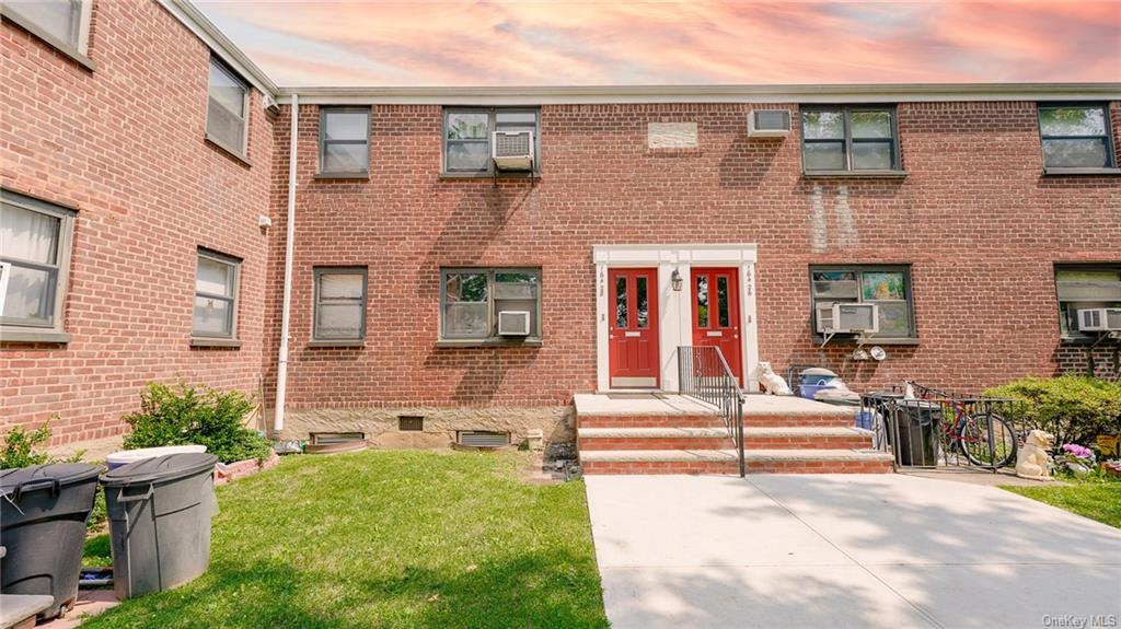 Beautiful 2 Bedroom in the 'Whitestone area In A Park like Courtyard In The Most Desirable, Convenient To Everything And Sought After Section Of The Clearview Development. Updated Kitchen With Stainless Steel Appliances, 1 Full Bath, Hardwood Floors Throughout, Parking Spot & Garage Available, Washer & Dryer Can Be Installed In This Unit. No Dogs, Cats are accepted.