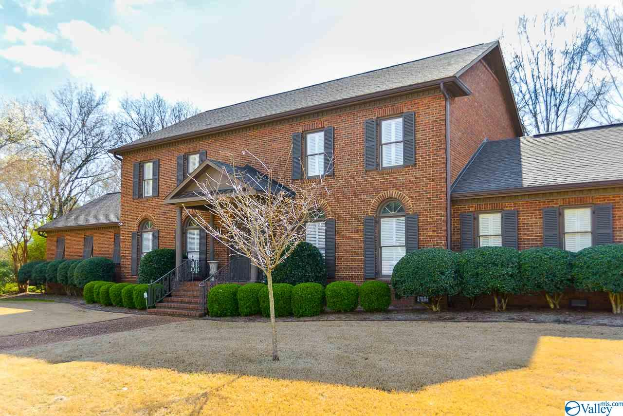 Photo of home for sale at 2115 Stratford Place, Decatur AL