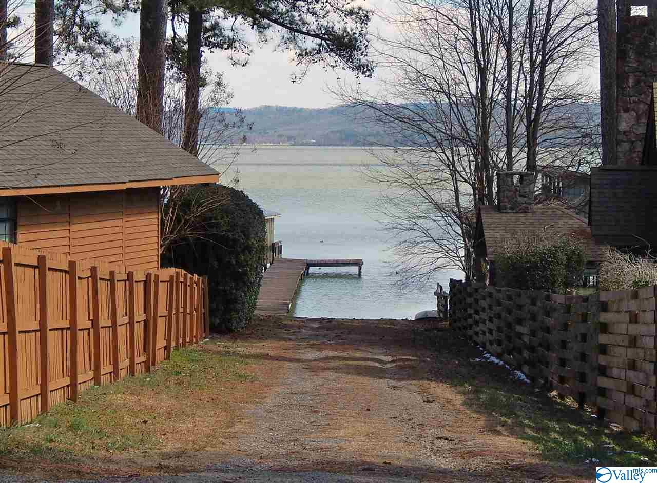 Photo of home for sale at 16 Camp Ney-A-Ti Road, Guntersville AL
