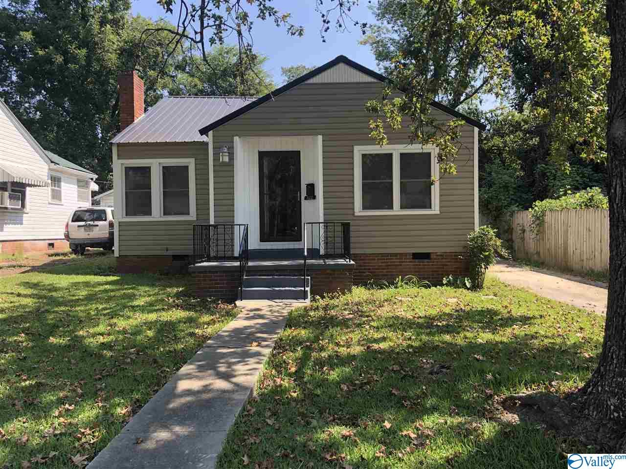 Photo of home for sale at 822 Tenth Street, Gadsden AL