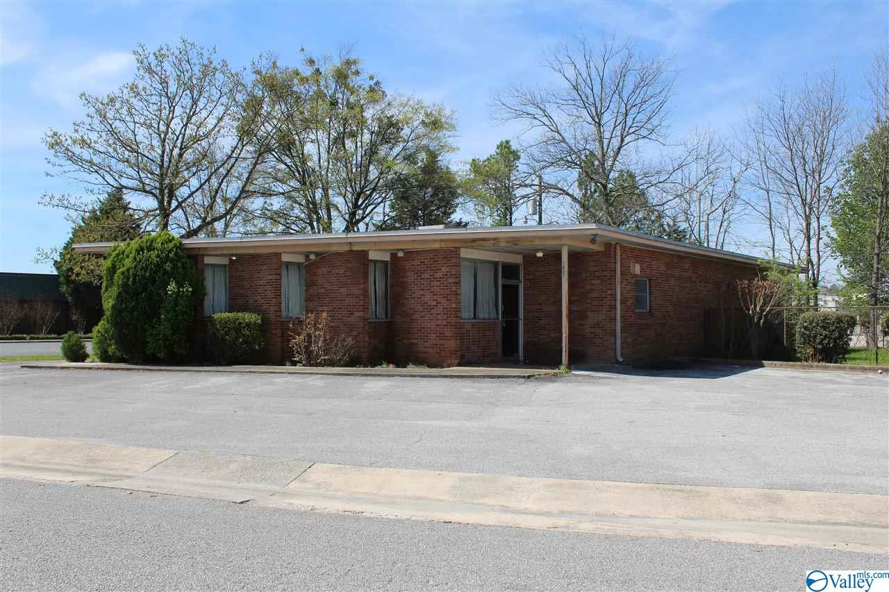 Photo of home for sale at 1604 Wolverine Drive, Decatur AL