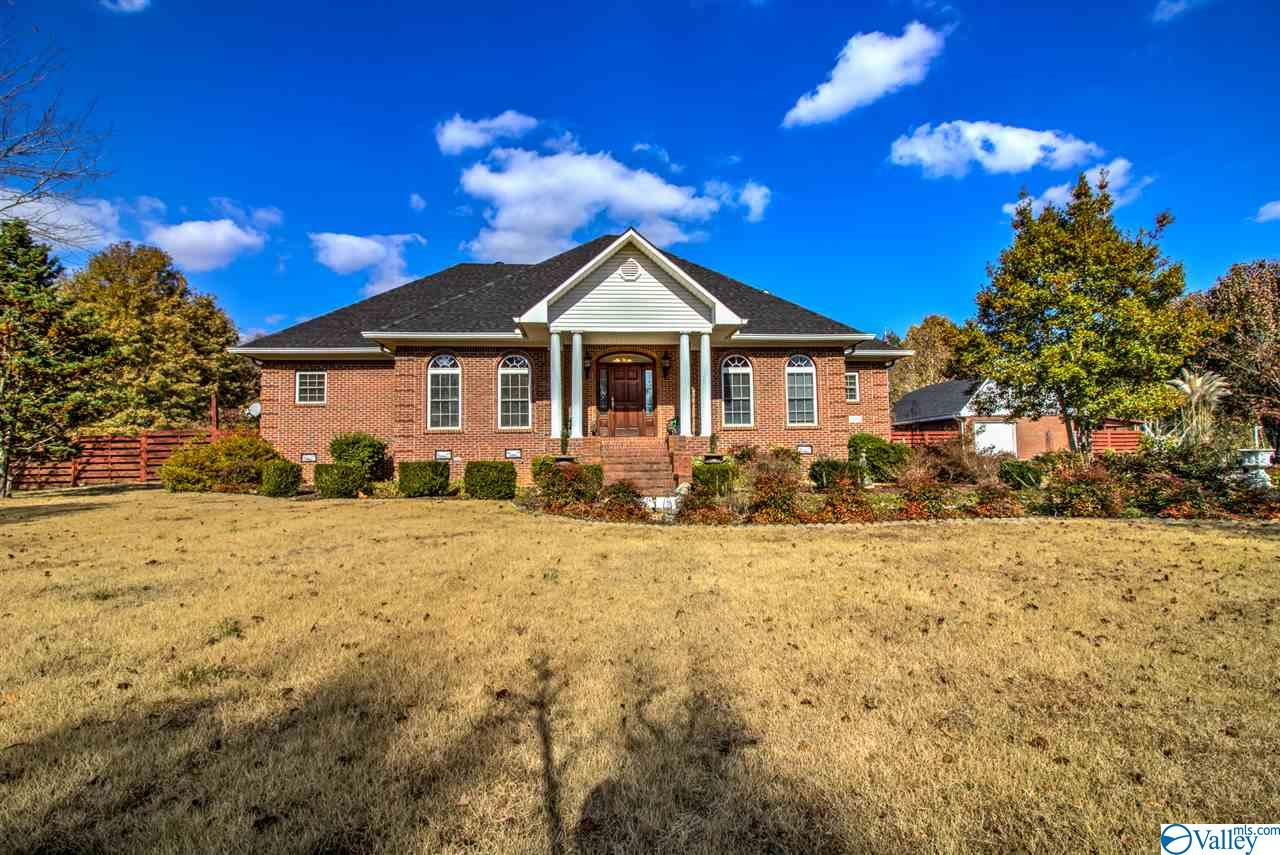 Photo of home for sale at 335 Shady Grove Road, Toney AL