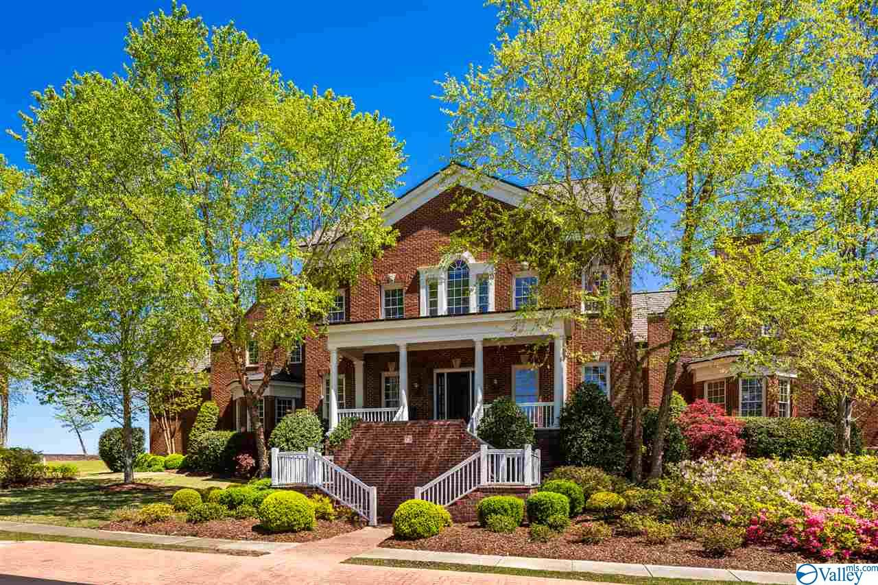 Photo of home for sale at 75 Ledge View Drive, Huntsville AL