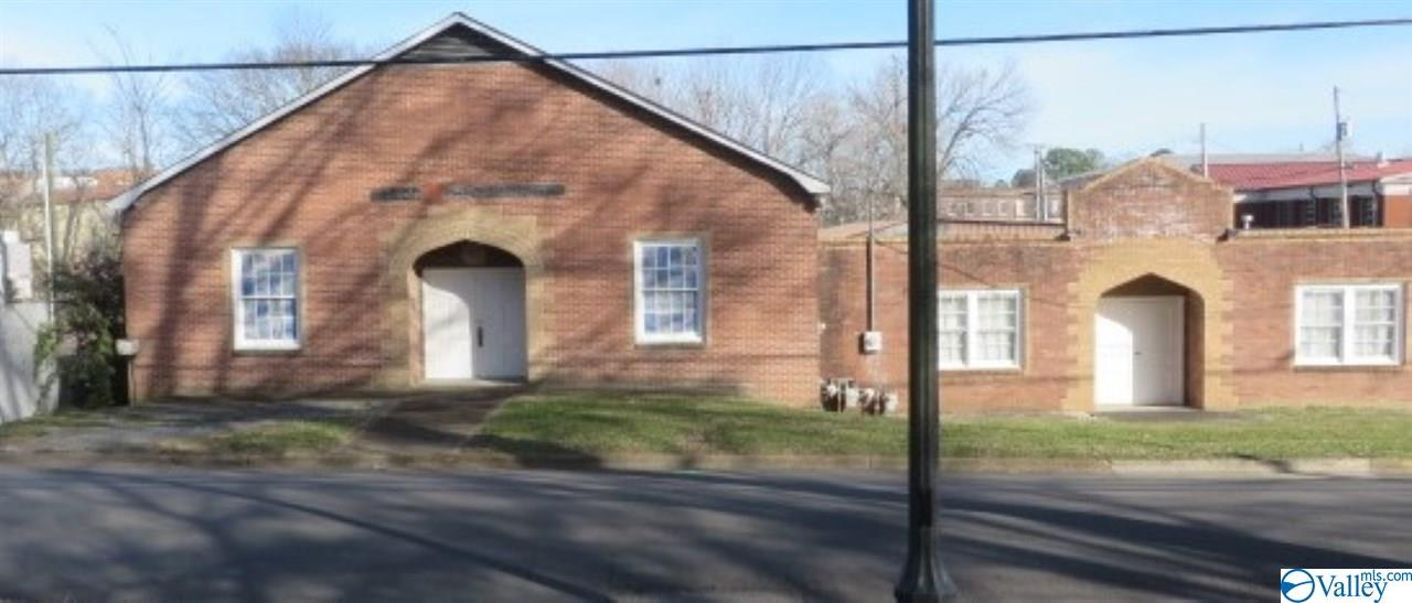 Photo of home for sale at 212 Peachtree Street, Scottsboro AL