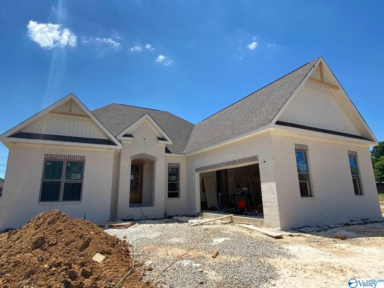 Photo of home for sale at 7 Old Cobb Farm Lane, Huntsville AL