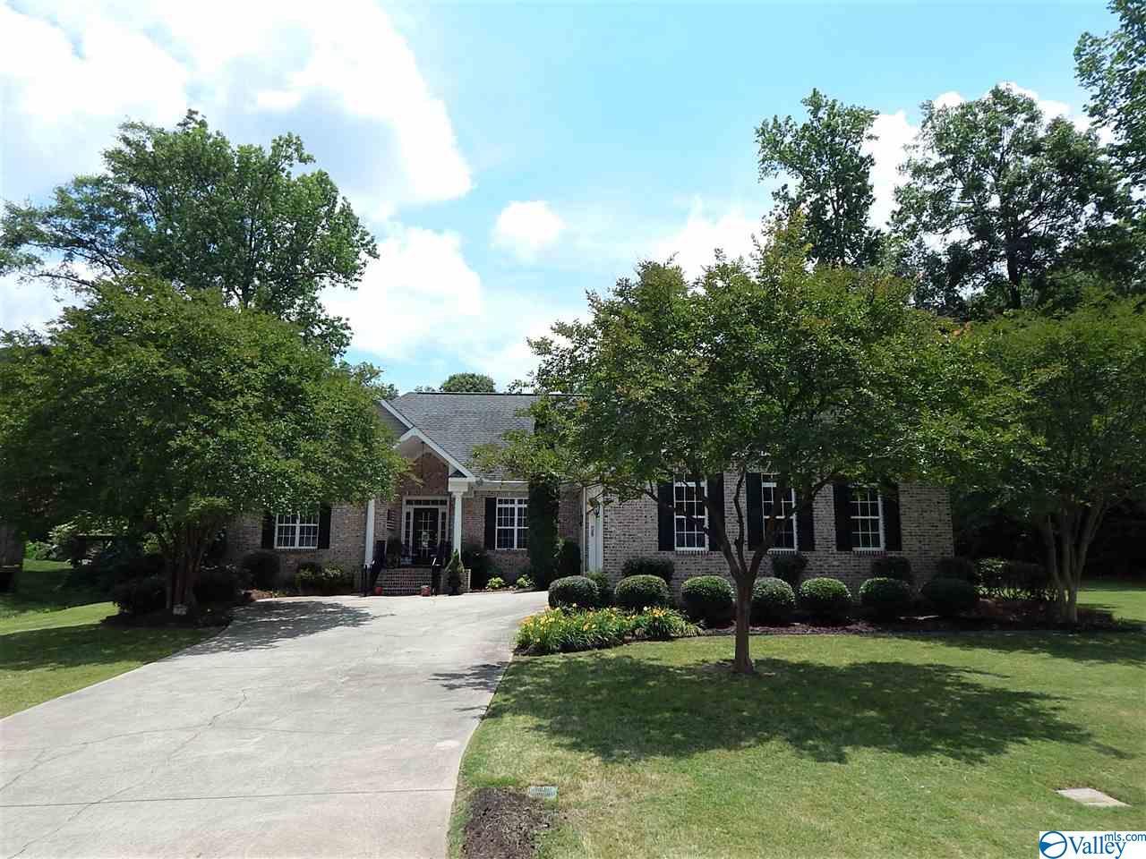 Photo of home for sale at 3540 Hualapai Circle, Guntersville AL