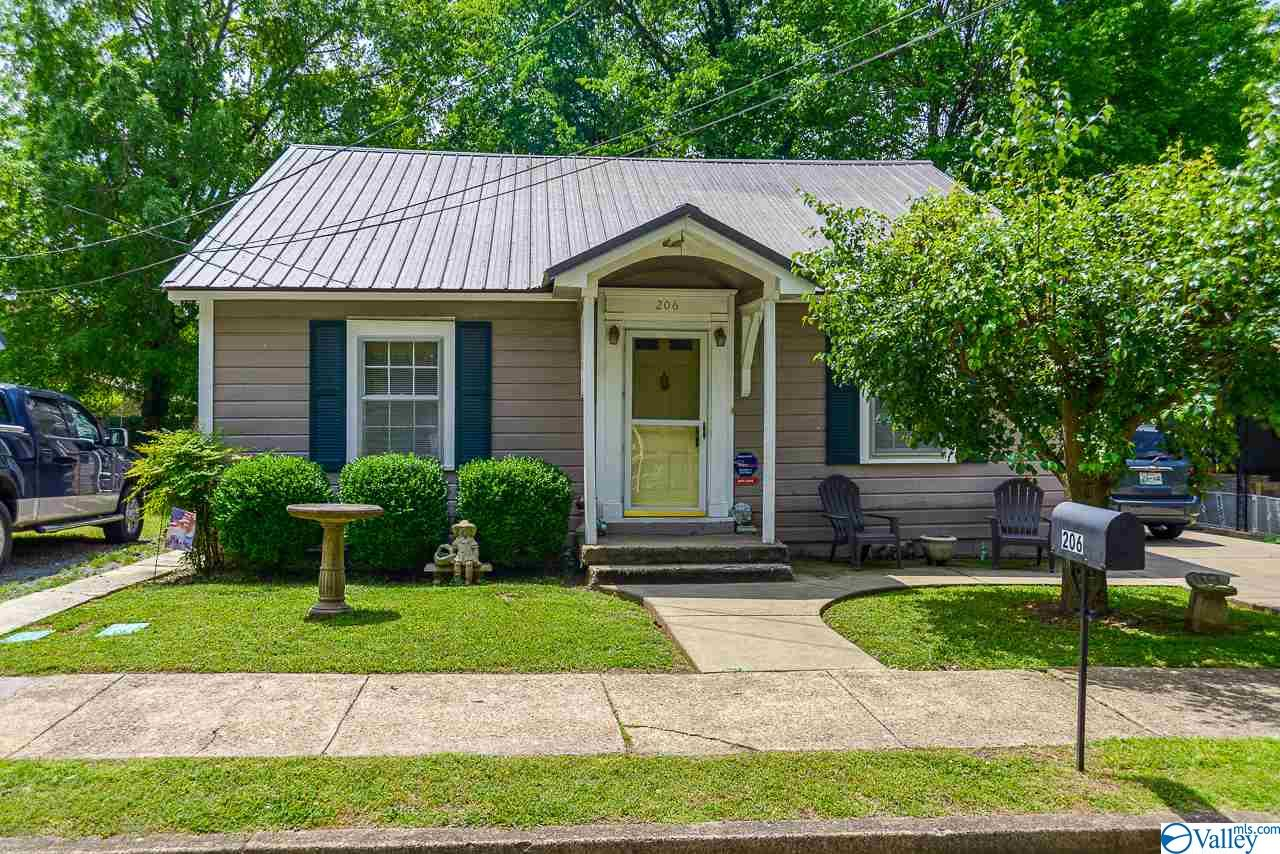 Photo of home for sale at 206 Jefferson Street, Fayetteville TN