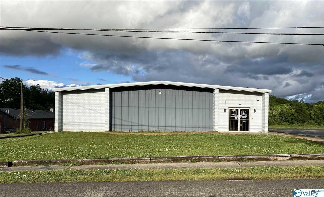 Photo of home for sale at 3220 Lodge Road, Huntsville AL