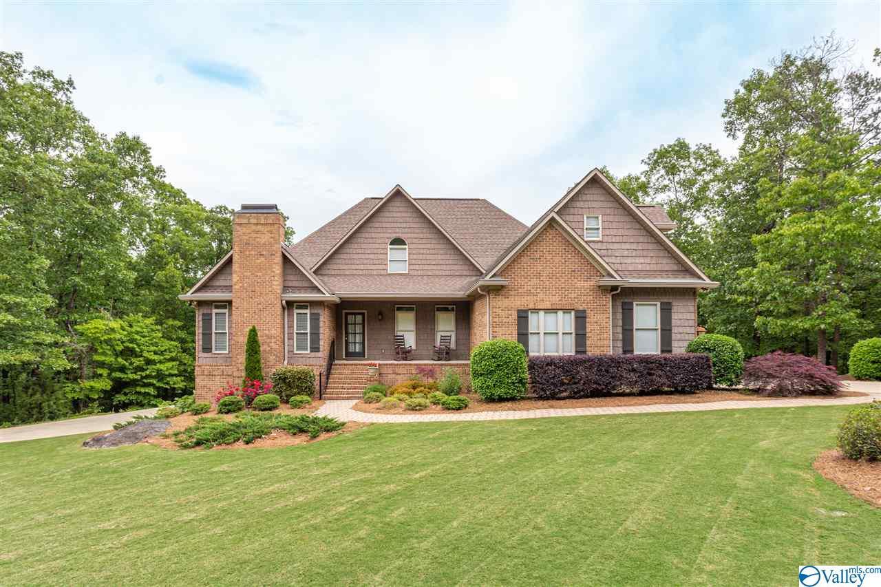 Photo of home for sale at 301 Oak Leaf Lane, Glencoe AL