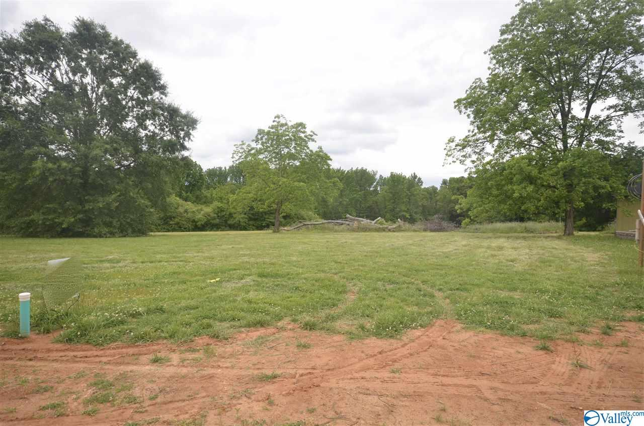 Photo of home for sale at 1902 Peach Orchard Road, Hartselle AL