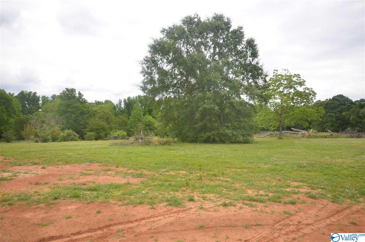 Photo of home for sale at 1904 Peach Orchard Road, Hartselle AL