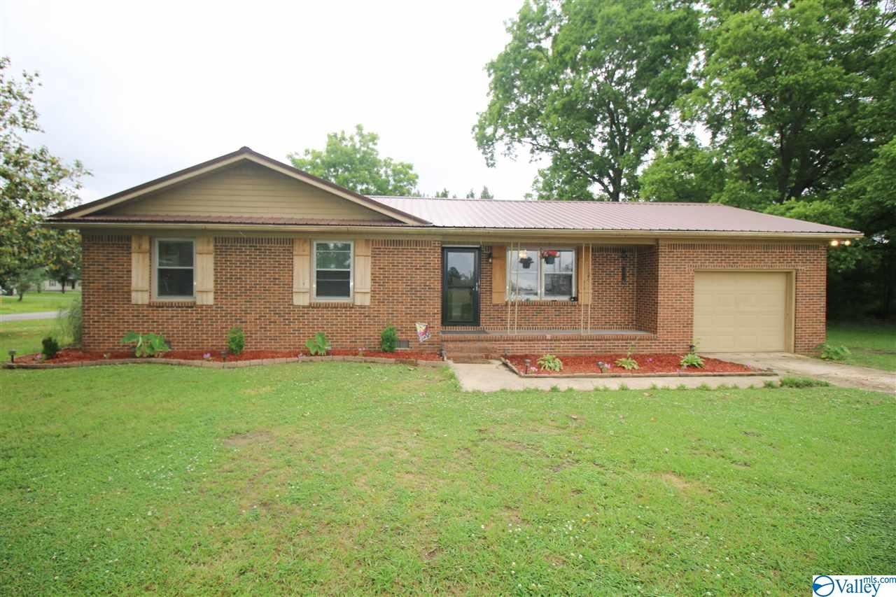Photo of home for sale at 116 Cardinal Road, Hartselle AL