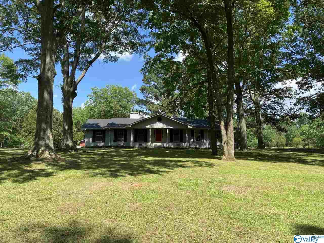 Photo of home for sale at 2316 Bonniedale Lane, Hartselle AL