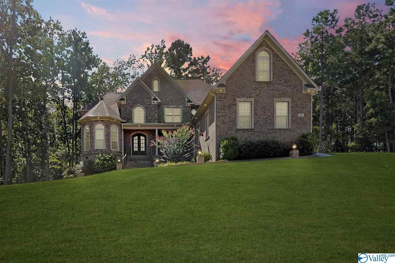 Photo of home for sale at 10 Sylvias Way, Huntsville AL