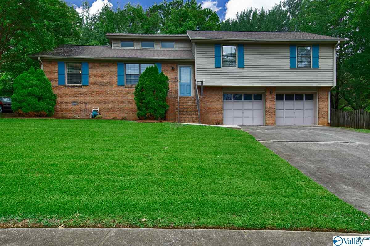 Photo of home for sale at 105 Gaylor Drive, Huntsville AL