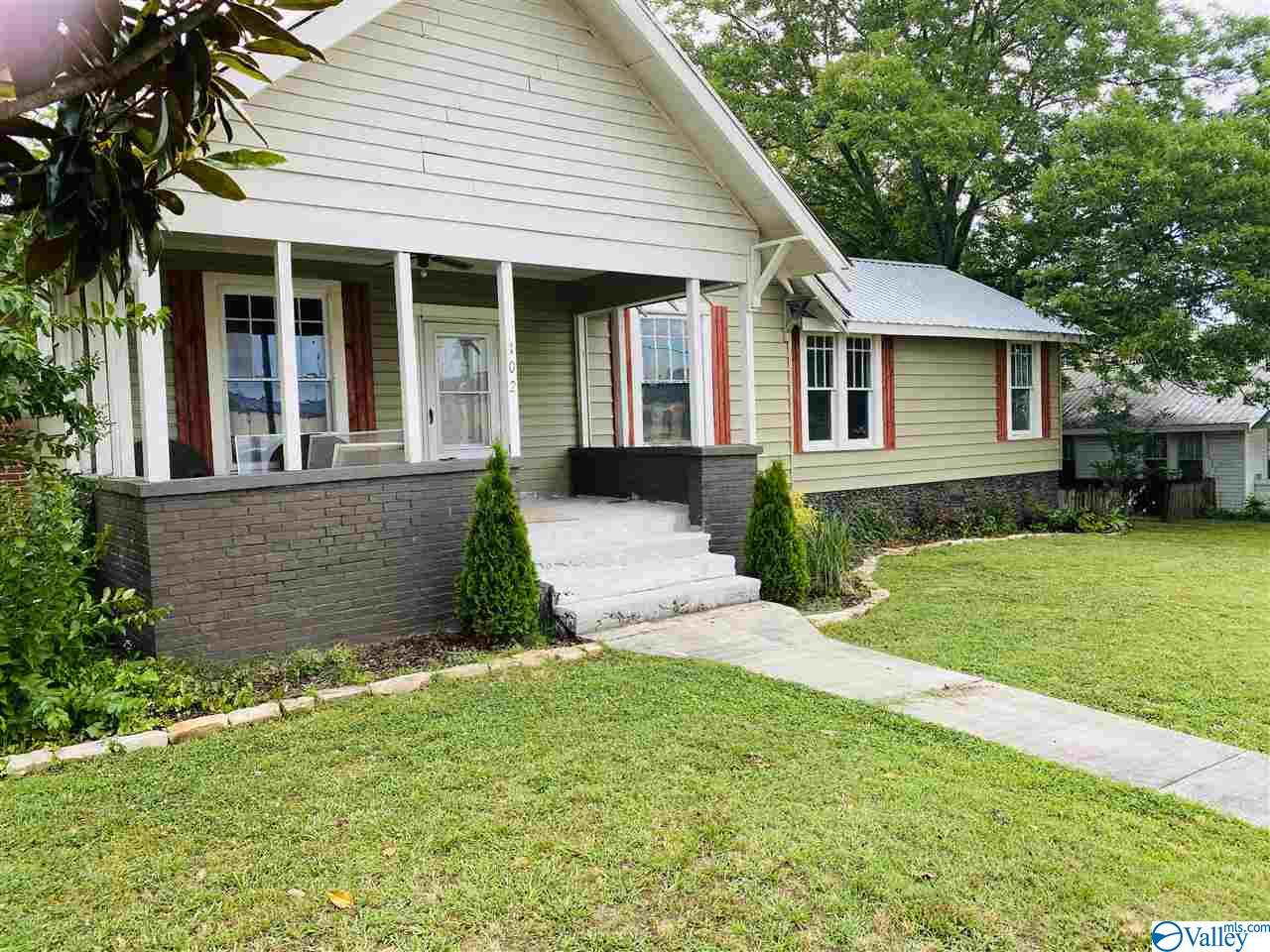 Photo of home for sale at 102 North Walnut Street, Boaz AL
