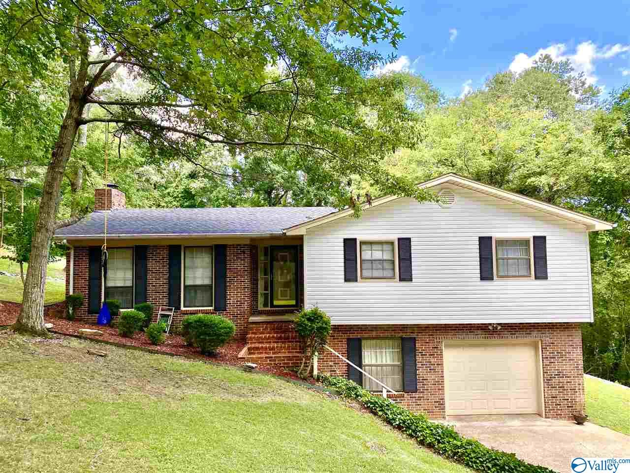 Photo of home for sale at 22 Chywonah Drive, Scottsboro AL