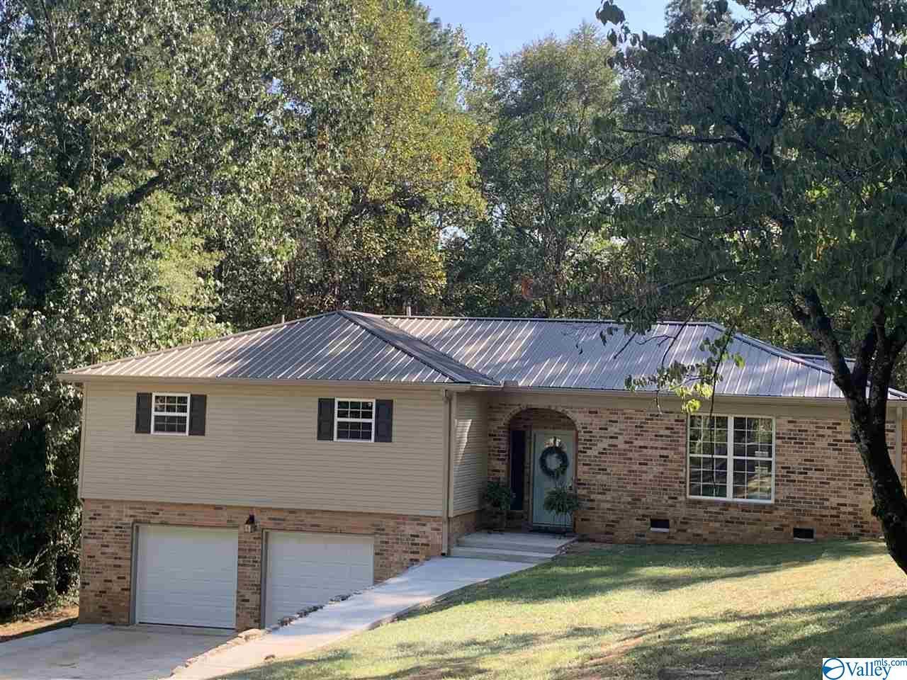 Photo of home for sale at 87 Darryl Road, Scottsboro AL