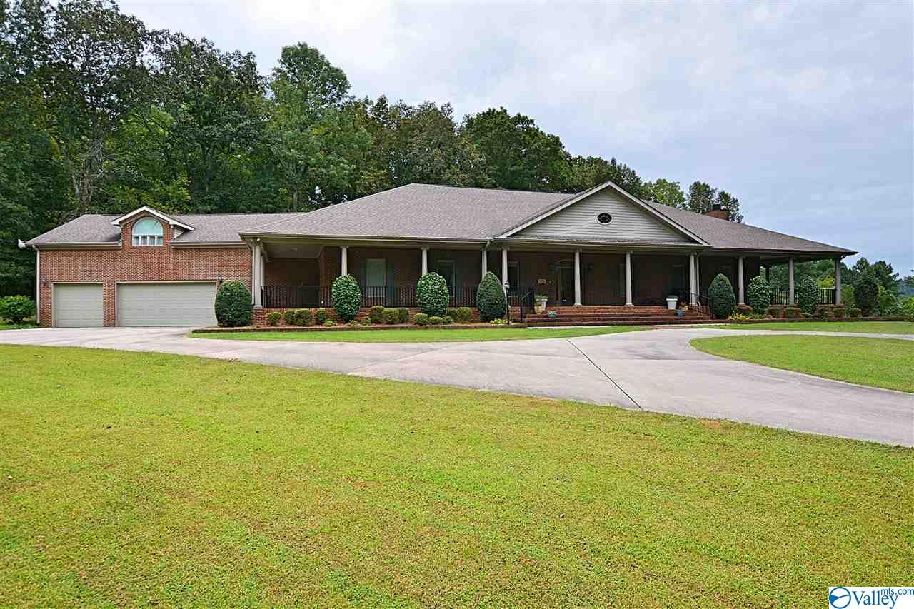 Photo of home for sale at 1154 Dug Hill Road, Brownsboro AL