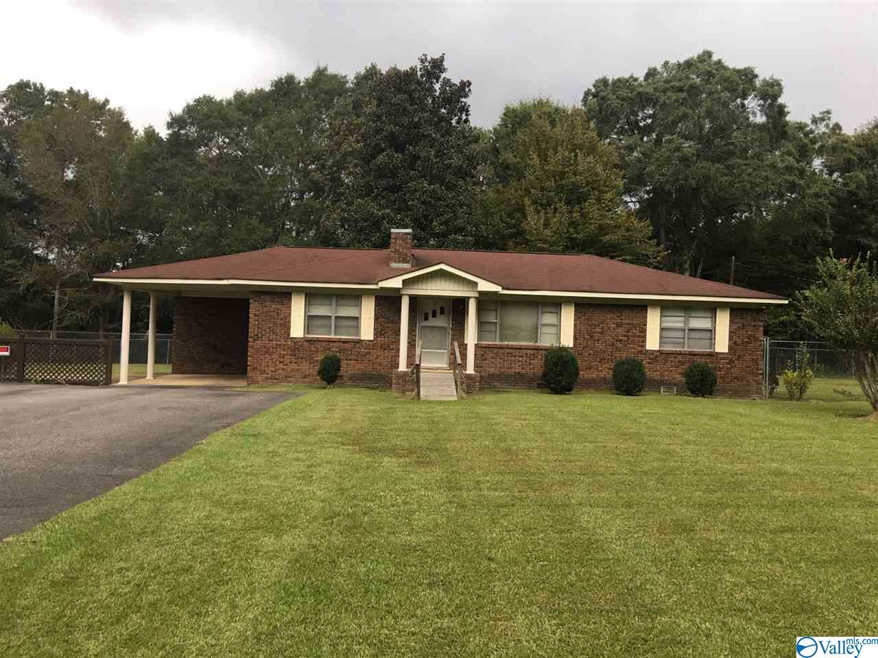 Photo of home for sale at 350 Oneonta Cut-Off Road, Albertville AL