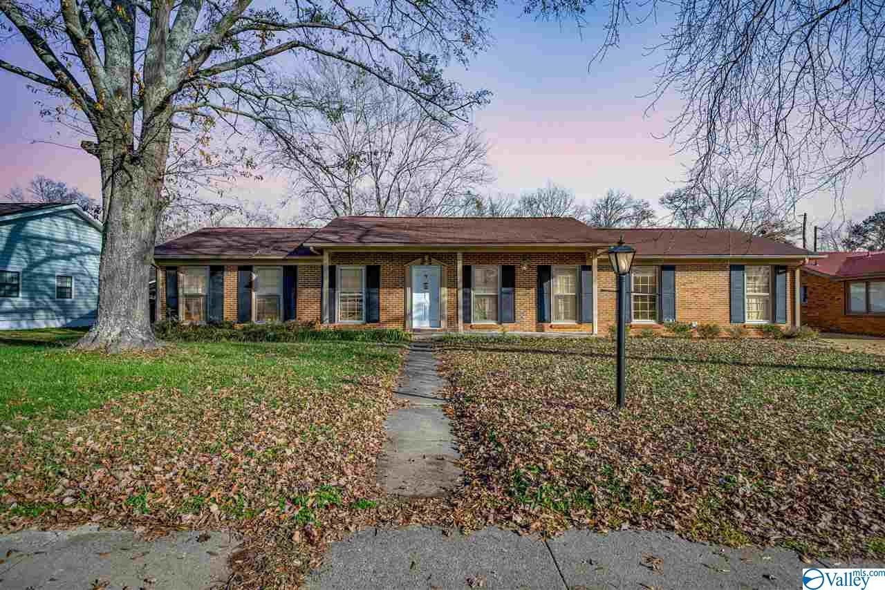 Photo of home for sale at 1412 Runnymead Avenue, Decatur AL